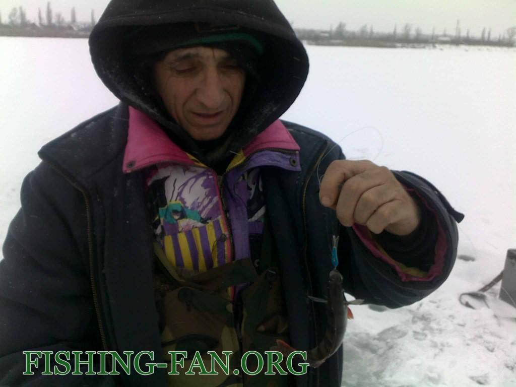Ловля окуня на балансир со льда на водоеме Георгиевский
